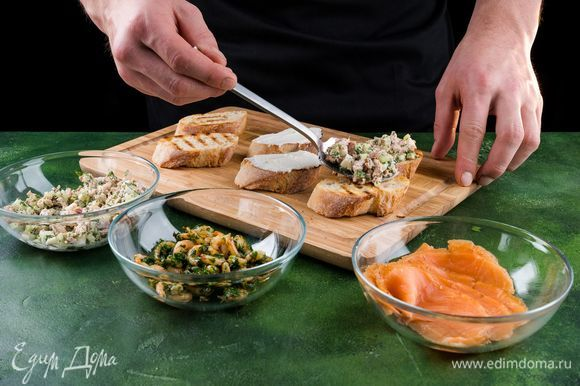 Выложить салат с тунцом брускетты, украсить веточкой укропа.