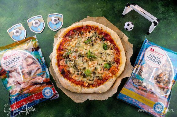Дайте пицце постоять 15 минут, чтобы тесто пропиталось. Выпекайте в течение 20 минут при 200°С. Пицца на веселую компанию болельщиков готова!