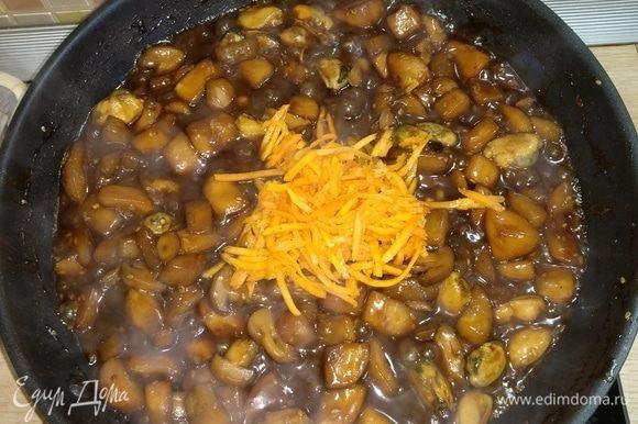 Добавить готовую морковь по-корейски, обжаривать 2–3 минуты.