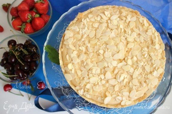 Вынуть пирог из духовки, дать остыть, пройтись ножом вдоль бортика, снять боковую часть формы.