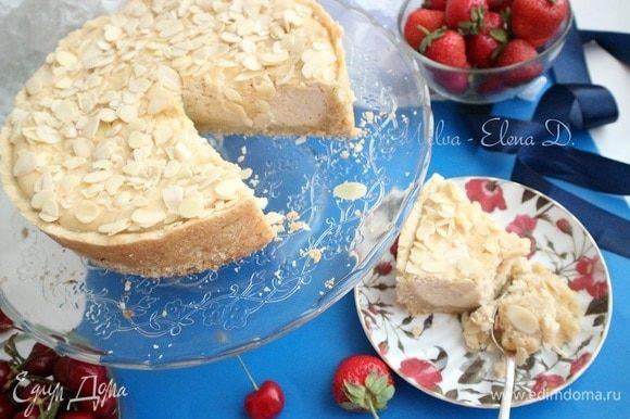 Отправить пирог в холодильник минимально на пару часов. Снять дно формы, помогая ножом с длинным лезвием. Порезать на кусочки. Приятного аппетита!