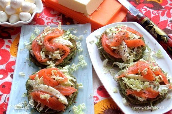 Подавать на завтрак или перекус. Такое сочетание очень подходит к малосольной рыбке.