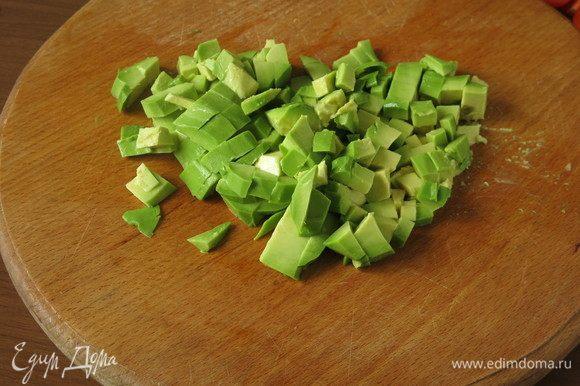 Очищаем и нарезаем авокадо.