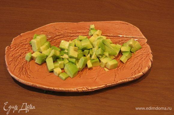 На тарелку кладем авокадо.