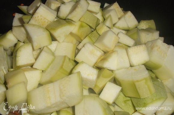 Кабачок порезать, добавить к овощам, жарить помешивая на сильном огне до изменения цвета.