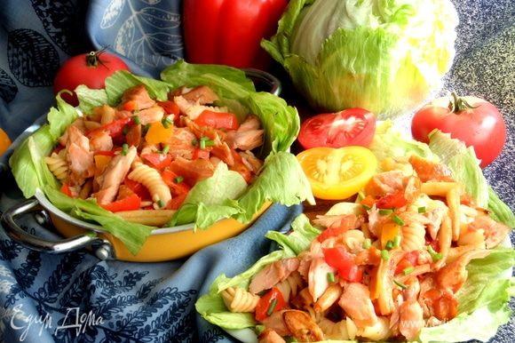 Салат очень сытный и вполне заменит полноценный ужин, а если подавать как салат, то хватит и на троих.