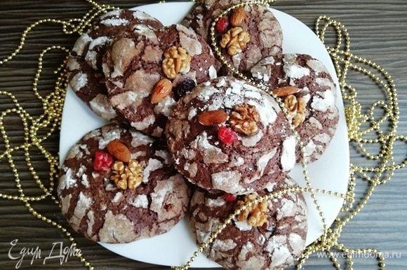 Украшаем печенье по желанию. Я обмакнула орешки и вяленую вишню в растопленный шоколад и украсила печенье.