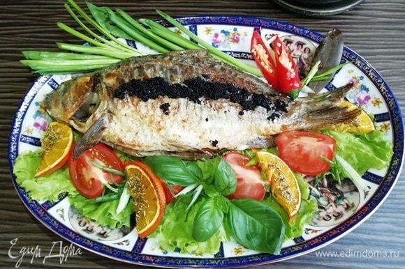 Я украсила блюдо овощами, апельсином-гриль и зеленью. А сазана я подаю с икрой летучей рыбы.