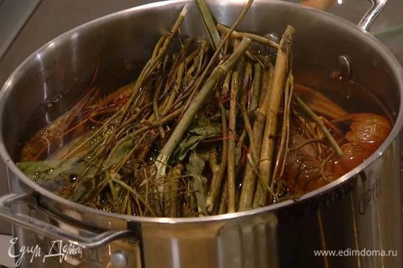 Раков опустить в кастрюлю с кипящей подсоленной водой, добавить сухие травы, душистый перец и варить около 30 минут.