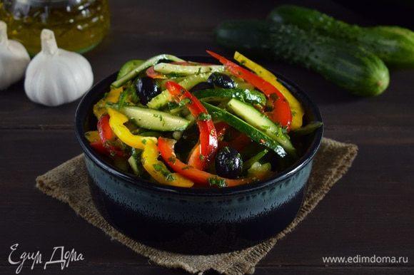 Заправить салат и перемешать. Лучше дать ему настояться немного. Приятного аппетита!
