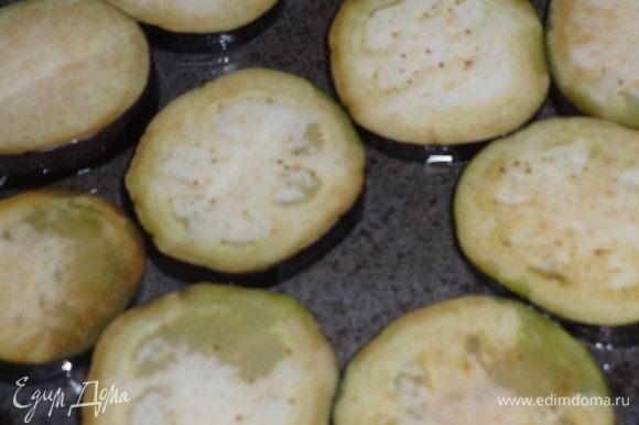 В сковороду налить масло и обжарить баклажаны с одной стороны до подрумянивания на небольшом огне.