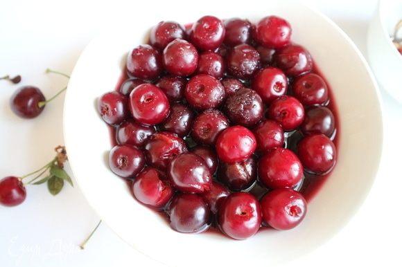 В красном сухом вине растворить сахарный песок, добавить вино с сахаром в вишни. Дать постоять пару часов.
