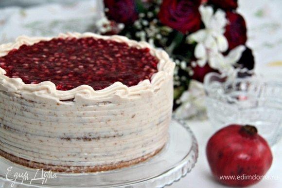 Выложить гранатовое желе с зернышками граната на верх торта. Торт охладить 3–4 часа.
