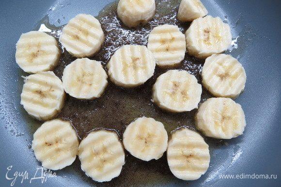 Готовим карамелизированные бананы. Сливочное масло растопить на сковороде, всыпать ванильный сахар с натуральной ванилью, дождаться растворения крупинок сахара. Вместо ванильного сахара также можно использовать ванильный экстракт (1 ст. л.). Банан нарезать кружочками, выложить на сковороду.