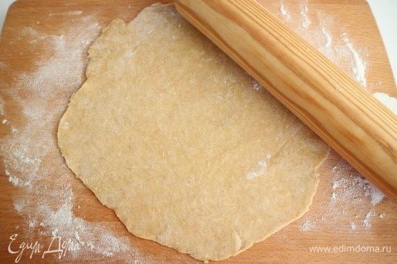 Раскатать тесто в тонкие пласты поочередно. Шары из теста, с которыми вы не работаете, нужно оставить в пленке, потому что тесто быстро сохнет.
