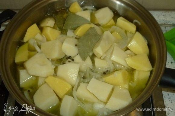 Картофель нарезать средними кусочками, выложить в сотейник. Добавить лавровый лист, перец горошком, соль и столько воды, чтобы почти покрыть картофель. Варить 30 минут, помешивая.