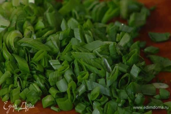 Зеленый лук мелко порезать наискосок.