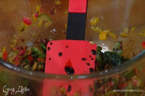 Приготовить соус гремолата: оставшийся сок и цедру апельсина соединить с порванными руками листьями орегано, порезанными оливками и перцем чили, влить оливковое масло Extra Virgin, бальзамический уксус, поперчить и все перемешать.