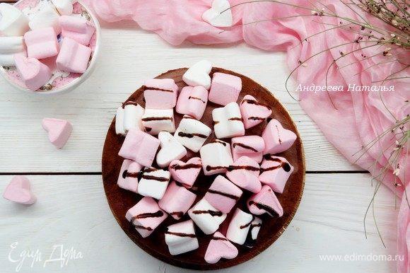 После застывания снять с боков тортовую пленку, украсить по желанию, у меня в качестве украшения — маршмеллоу и растопленный шоколад.