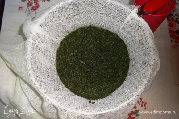 Через полчаса дуршлаг застелить марлей и вылить в него травяной настой.