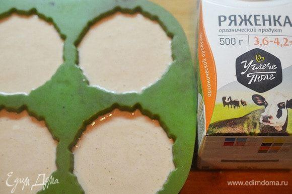 Перемешайте все ингредиенты и разложите в силиконовые формочки или в формочки для мороженого. Уберите в морозилку на 5–6 часов.