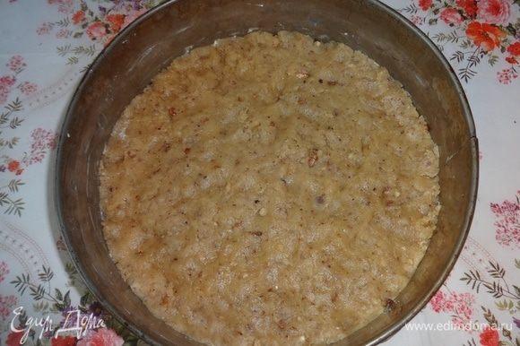 Разъемную форму смазать холодным маргарином. Руками равномерно распределить тесто по дну. Поставить форму в разогретую до 180°C духовку на 8–10 мин.