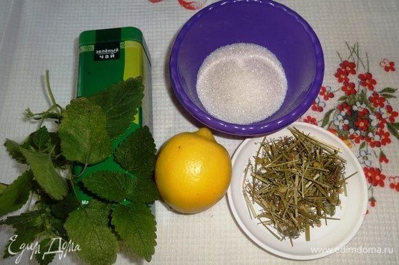 Подготовить необходимые компоненты для приготовления чая. Мелиссу вымыть, обсушить, нарезать. Немного мелиссы оставить для подачи.