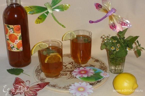 Готовый холодный чай разлить по стаканам. В каждый стакан кладем по дольке лимона и нарезанной свежей мелиссы. Украсить стакан лимонной долькой. Приятного просмотра футбольного матча!