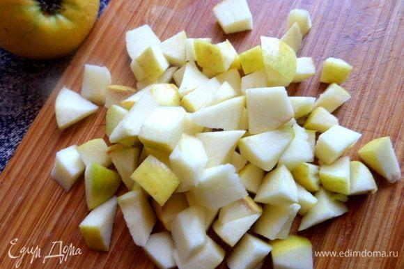 Яблоко (маленькое или половинка большого) нарезать и сбрызнуть лимонным соком.