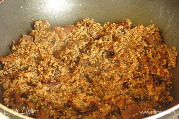 На сковородку с маслом кладем грибы, даем выпариться воде, притушиваем, добавляем киноа.