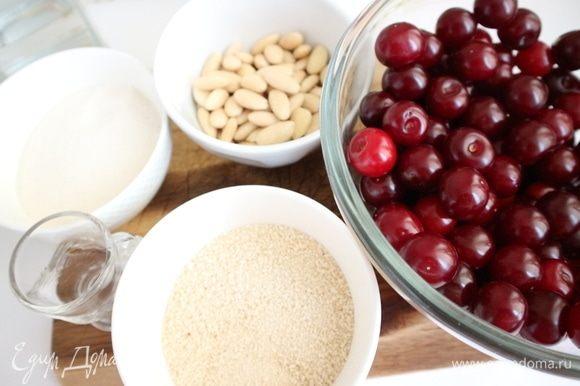 Приготовить все необходимое для начинки. Из вишни вынуть косточки. Хорошо подходит для начинки киршвассер — вишневая водка.