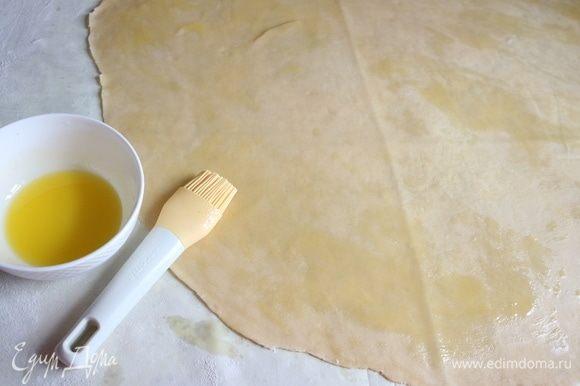 Растопить сливочное масло. Кисточкой смазать всю поверхность теста тонким слоем остывшего масла.