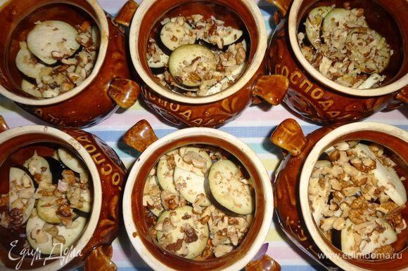 Выложить слой баклажанов, немного посолить, посыпать орехами.