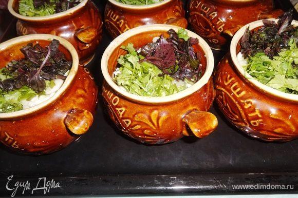 Накрыть горшочки крышками и выставить на противень. Противень с горшками поставить в холодную духовку, нагреть ее до 180°C и от этого времени отсчитать 35–40 мин.