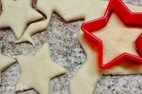 Из теста для украшения верха пирога изготавливаем звезды, которые будут исполнять наши желания)