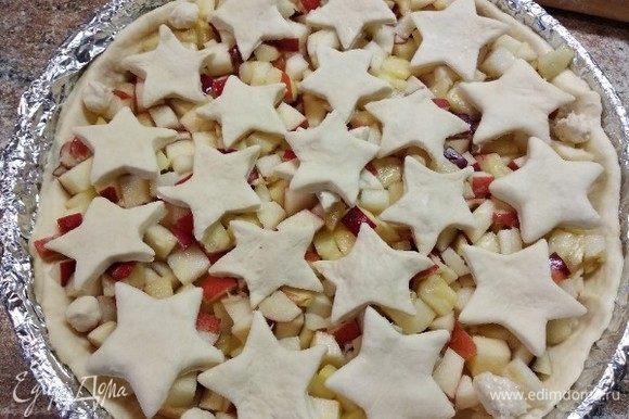 Сверху пирог украсить вырезанными формочкой для теста звездочками.