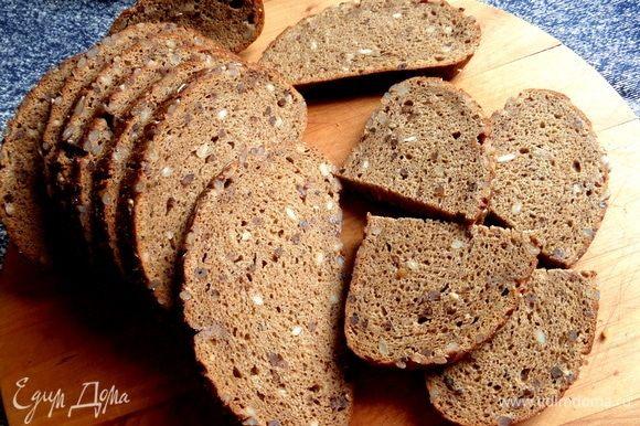 Хлеб с семечками разделить или вырезать кружочки.