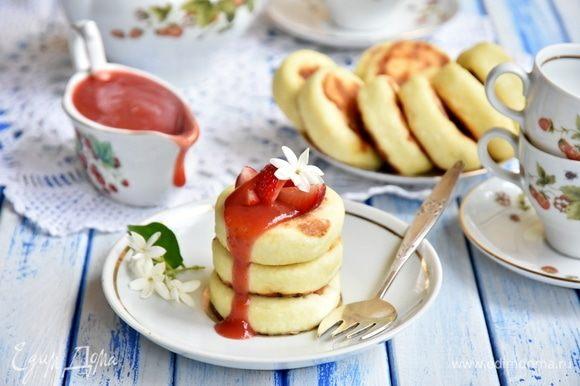 Сырники получаются вкусными сами по себе. По желанию можете подать к сырникам сладкий топпинг. Если творог не кислый, то сахар добавлять нет необходимости.
