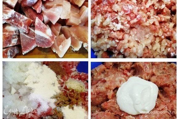 Свиную шейку и куриное филе режем небольшими кусочками. Прокручиваем через мясорубку вместе с крупной луковицей. Добавляем специи, чеснок, сахар и манную крупу. Перемешиваем и добавляем столовую ложку сметаны. Хорошо вымешиваем фарш и убираем его в холодильник на 15 минут.