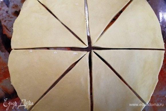 Охлажденное тесто раскатываем в круг и нарезаем на сегменты.
