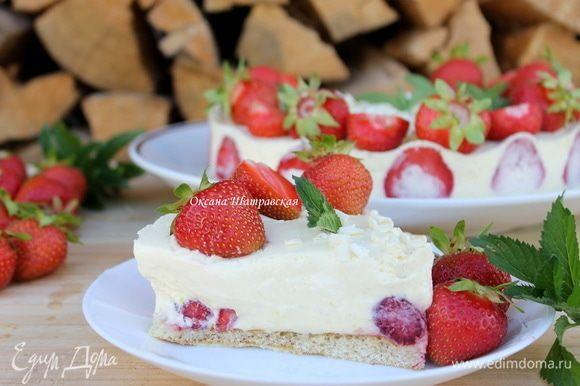 Для сборки необходимо кольцо. На бисквит выложить половинки клубники. Аккуратно распределить крем. Поставить торт в холодильник до полного остывания.
