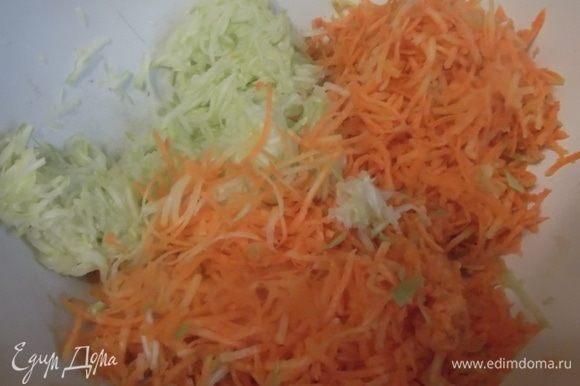 Кабачок и морковь натереть на терке. Кабачок отжать от лишней жидкости.