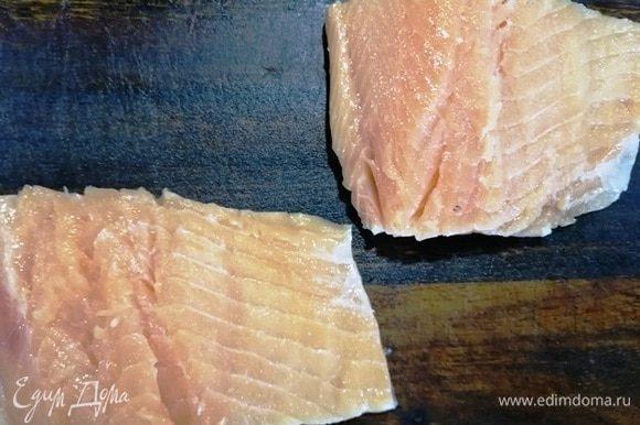 Удаляем из рыбы кости, снимаем кожу.