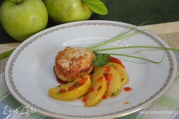 На порционную сковороду выложить (по желанию) 1 ст. ложку кетчупа, на него — котлетку и карамелизированные яблоки.