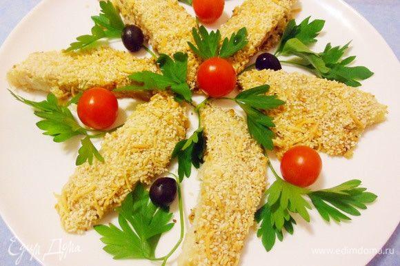 Я разрезал каждое филе на 2 части, выложил на блюдо и украсил зеленью, помидорами черри и маслинами.