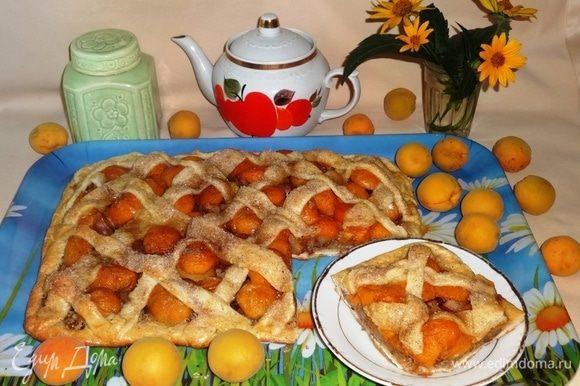 Наш вкусный фруктово-ореховый пирог готов! Выложить пирог на поднос и разрезать на порции. Подать к чаю или кофе. Угощайтесь! Всем приятного аппетита.