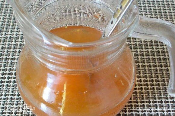 Смешайте сироп и свежевыжатые яблочный и лимонный соки.
