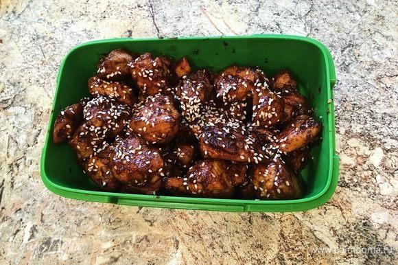 Сверху мясо посыпать кунжутом (по желанию). Подавать такую курицу лучше всего с рисом. Приятного аппетита!