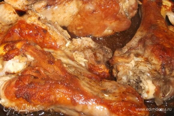Добавляем соевый соус и перец. Жарим также под крышкой последние 30 минут. В процессе мясо переворачиваем.