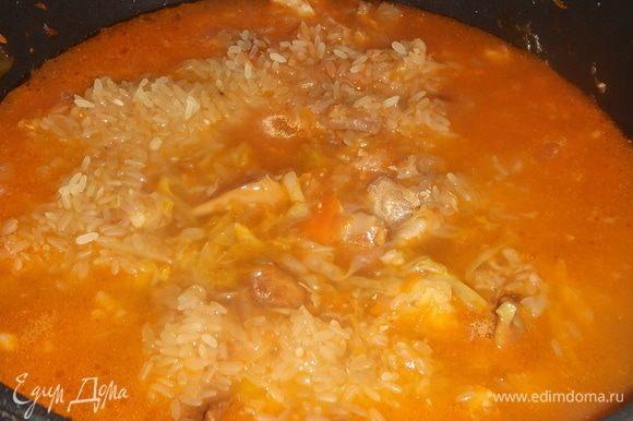 Засыпаем рис добавляем воду в которой варились грибы. Пробуем на соль. Засыпаем семена фенхеля и на медленном огне под крышкой томим 30 минут.